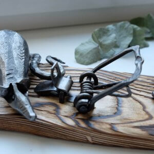 Ručně kovaná dekorativní pastička na myši