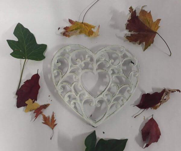 Litinová podložka srdce bílé