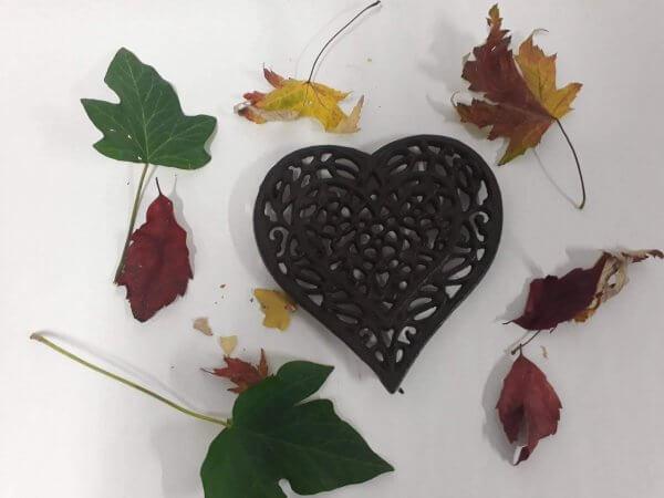 Litinová podložka srdce filigrán hnědé