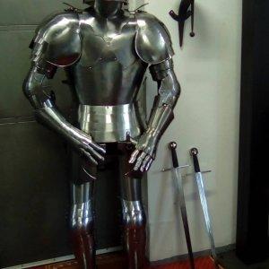 Rytíř gotická plná zbroj zdobená 1